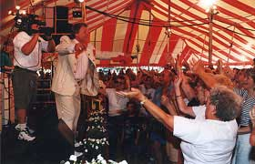Polka singer Jan Lewan performs in front of a big crowd